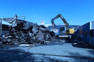Abrissarbeiten am Brandentstehungsort um Zugang für das LKA zu schaffen