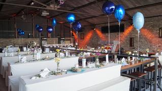 Das eingedeckte und dekorierte Café für ein Geburtstagsfeier