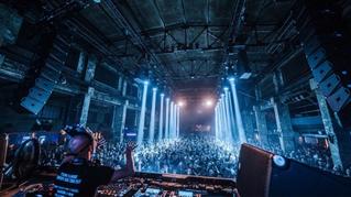 Die Sicht vom DJ-Pult über die Gäste bei einem Live-Auftritt von Boris Brechja