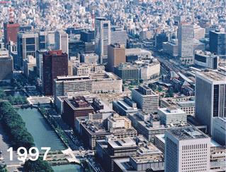 97年の東京・丸の内。当時は上空から赤れんがの東京駅舎(中央右)が見えた