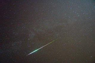 Perseiden Meteor mit dem typisch grünlichen Schimmer - 2009 (wikipedia, Andreas Möller)