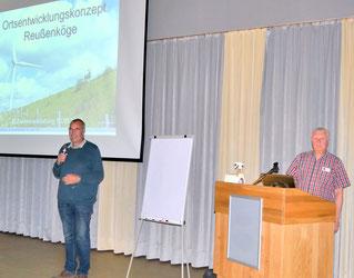 Bürgermeister Dirk Albrecht (links) begrüßt die Teilnehmenden. Fotos: Udo Rahn