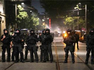 Ifølge medierne var 2000 politifolk på gaden