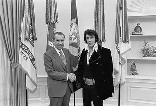 Elvis Presley trifft Richard Nixon (White House photograph by Ollie Atkins)