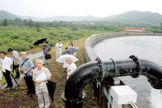 白水の原水調整池を視察する石垣市水道事業将来構想懇談会の委員(2日午後)