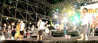南ぬ島石垣空港開港1周年記念「TsunDAMIアイランドフェスティバル」。全出演者が「おかえり南ぬ島」を熱唱=8日夜、新港地区特設会場