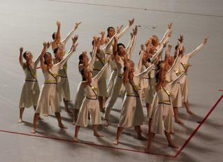 カラーガードの演技をする八重山高校の生徒ら。演者がセリフを話すシーンも入れ、8年連続推薦を勝ち取った=29日、沖縄コンベンションセンター