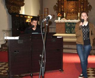 """,,Our God"""" – Kristina Simon und Timon Rippert gestalteten den Musikalischen Rahmen des Gottesdienstes."""