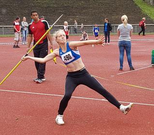 Mit ihrer neuen persönlichen Bestweite von 45,30 Metern holte sich Mehrkämpferin Hannah Schoofs souverän den NRW-Titel im Speerwurf der U18.