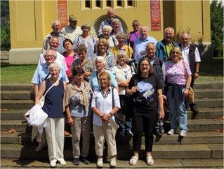 Reisegruppe vor der Waldenserkirche in Torre Pellice