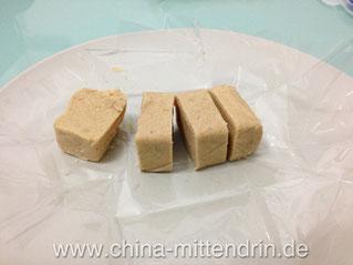 Kennen Sie den leckeren Nachtisch in Südosteuropa, der aus gepresstem Sesam oder ähnlichem besteht? Dies hier ist ähnlich. Es gibt diese Snacks süß oder salzig oder süß-salzig. Die süß-salzigen sind s