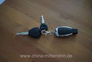 Dies ist kein Schlüssel zu einem Mercedes-Benz, sondern so sehen die Schlüssel zu den Elektro-Mofas eines Herstellers in China aus. Nichts ist vor den Fälschern und Raubkopierern sicher.