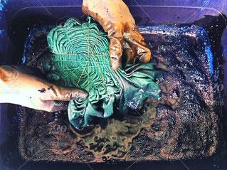 photo-soie-shibori-dans-bac-pour-teinture-mains-avec-gants