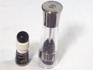 左のがミル付きコショウ(300円くらい) 右のは粒の粗さが選べる本格的な海外製のミル