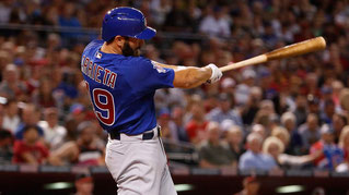 Il pitcher Arrieta batte un home-run contro il pitcher Bumgarner (foto da MLB.com)