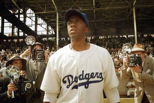 Chadwick Boseman nel ruolo di Jackie Robinson nel film 42 (Photograph by Everett Collection)