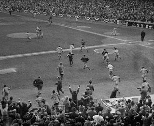 Nella foto invasione di campo del pubblico per festeggiare  il pitcher Johnny Podres dopo una vittoria alla World Series del 1955