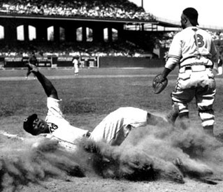 Nella foto Josh Gibson scivola a casa base alla partita  All-Star Negro league in Chicago, 1944