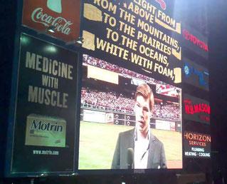 Nella foto il momento in cui Kane Kalas canta God Bless America durante il 7° inning