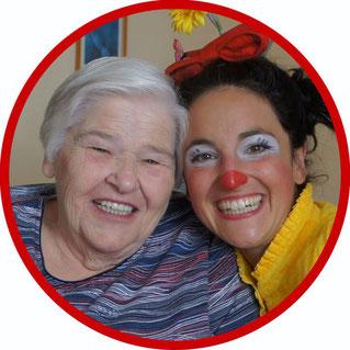 Bei der Clownsvisite freuen sich die Bewohnerinnen von Pflegeeinrichtungen in Esslingen und Umgebung über den Besuch der therapeutischen Clownin Angelina Haug