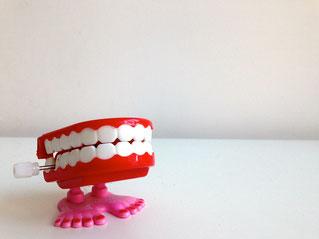 Zähne als Gebiss mit Füßen, kann klappern, Bruxismus, CMD, Kiefer verspannt, Rosacea, Neuroderitis, Psoriasis, EMDR, Trauma-Therapie, PTBS