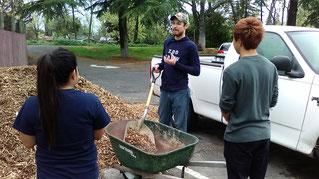 動物園の飼育員から指導を受ける学生達