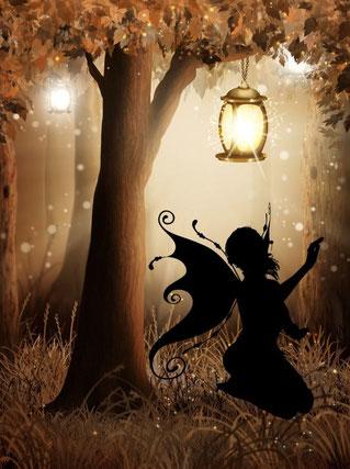 Une ombre de fée assise auprès d'un arbre illuminé pour une invitation à la suivre à la découverte de ses créations de bijoux au crochet