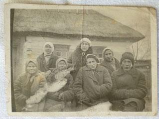 Ein Familienfoto der Familie Osnatsch. Tetyana ist in der hinteren Reihe mittig zu sehen.