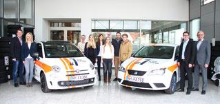 Franz Fischer (Unternehmensgründer, r.) und Thomas Fischer (Geschäftsführer, 2. v. r.), Markus Kallmeier (l.) und Grit Reichert (2. v.l.) beglückwünschen die sechs Abschlussbesten. Foto: M. Achhammer