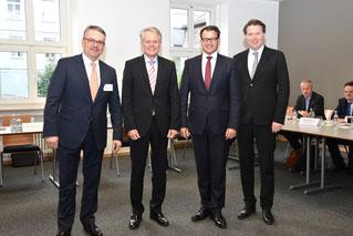 IHK-Hauptgeschäftsführer Dr. Jürgen Helmes (r.) mit dem neuen Vorsitzenden des IHK-Ausschusses International Thomas Hanauer (2. v. l.),Stellvertreter Thomas Ricker (2.v.r.) und IHK-Fachbetreuer Markus Huber (l.). Foto: Burdack