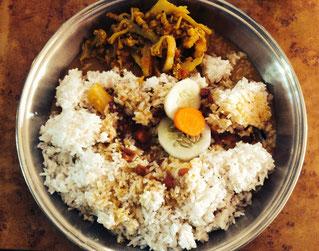 """Typisches Dal Bhat: Reis (Bhat) mit Linsensoße (Dal), Gemüsebeilage (meist mit Kartoffeln, heute Blumenkohl) und """"Salad"""" (Stück Karotte und Gurke)"""