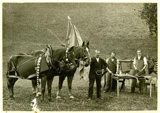 Hofstatt, Pferdegespann von Josef Christen, Sägerei Luthern mit Karrer Anton Vogel-Lustenberger.  Sattler Gottfried Bürkli JG 1885 überholt Pferdegeschirre, bei Schachen Pinte  (HW 5)