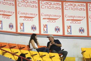 Furiel Ramos, Apoderado de las Campeonas Criollas de Caguas habla con Ana Sofia Jusino previo al partido de anoche / Foto por Genesis Rosario Escobar