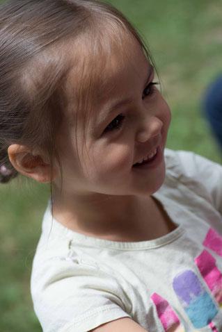 Diese bezaubernde junge Dame hilft bereits tatkräftig  bei der Flüchtlingshilfe der Caritas mit.