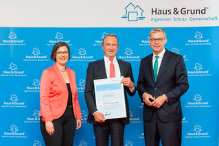 Dr. Kai Warnecke (rechts), Präsident von Haus & Grund Deutschland, überreichte die Auszeichnung an Rechtsanwalt Rudolf Stürzer und stellte sich mit Dr. Ulrike Kirchhoff, Vorsitzende Haus & Grund Bayern, anschließend den Fotografen.
