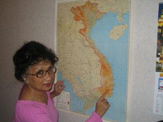 Anna Owhadi-Richardson indiquant la localisation de Dalat sur la carte du Viet Nam