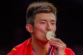 Chen Long mit seiner WM-Medaille (Bild: Bernd Bauer)