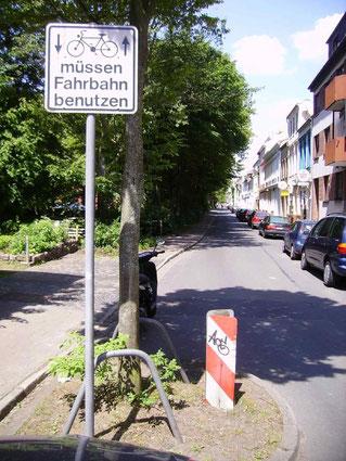 Neukichstraße: Risiko Radfahren, wenn keine Markierung vorhanden ist. Das Schild links wurde entfernt.