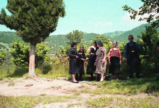 die Trauergemeinde kam von der Einsegnung zurück