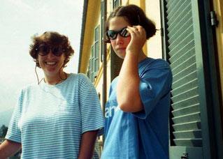 Hanni und Maria auf dem Balkon