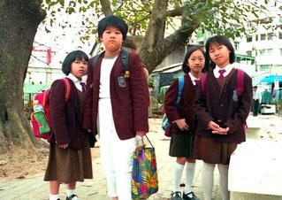 junge Mädchen in Schul-Uniform
