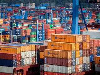 Container im Hamburger Hafen: Schon vorab gab IWF-Chefin, Christine Lagarde, bekannt, dass das Welt-Wachstum stabil, aber insgesamt zu langsam sei. Foto: Christian Charisius/Archiv