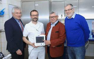 Anton Nagel und Richardt Erdmann, Vertreter des Förderkreises, überreichen den Narcotrend an Chefarzt Dr. Thomas Gall und Klinikleiter Werner Rupp.