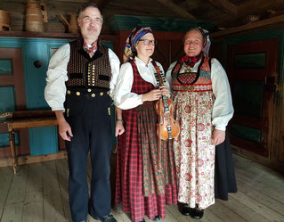 Menschen mit historischen Trachten im Valdres Volkemuseum in Fagernes