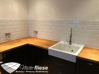 Weiß gefliester Küchenspiegel im Metrodesign in einer modern-rustikalen Küche mit einer Echtholz-Küchenarbeitsplatte
