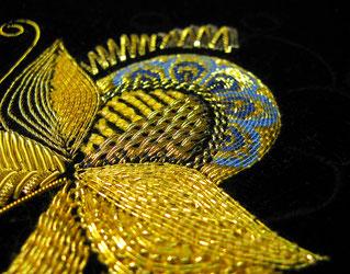 Goldstickerei Ausschnitt