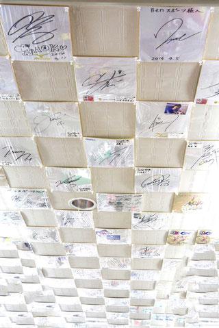 天井一面に敷き詰められたサイン