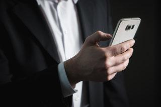 Mann mit Handy: Die mobile Nutzung ist auch bei News heute Standard.