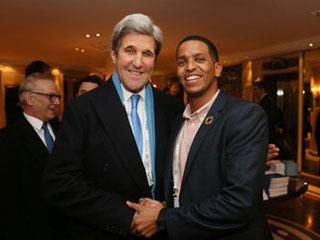 Der ehemalige Außenminister der Vereinigten Staaten von Amerika John Kerry (li.) mit dem Munich Young Leader Mustakim Waid (Foto: Marc Darchinger)