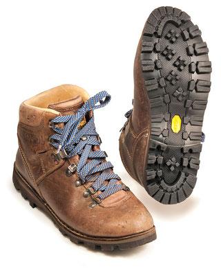 Klassischer Wanderschuh, Obermaterial und Futter aus strapazierfähigem Leder, keine Nähte im Ballenbereich, einfacher Sohlenwechsel möglich.
